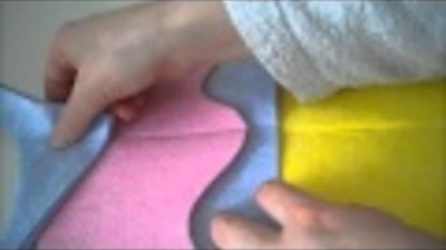 Sinterklaas surprise: Een cupcake van vaat-/schoonmaakdoekjes (nodig: goedkope vaatdoekjes in verschillende kleuren, schaar, garen, naald/naaimachine, lijm en kranten/opvulmateriaal) (@ Weet Het Snel)