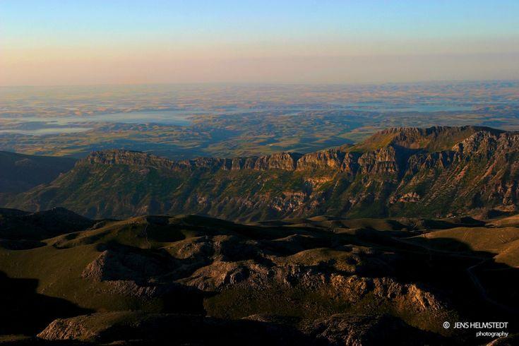 Ausblick vom Berg Nemrut Die erste Erwähnung des Kommagene-Reiches geht auf 850 v. Chr. zurück. Aus Aufzeichnungen der Assyrer geht hervor, das das Volk der Kommagene Tribut zu zahlen hatte.