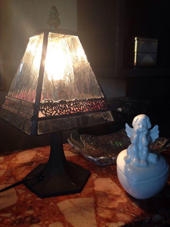 クリアガラスに薔薇の真鍮飾りを施したロマンチックな置きランプです。灯りをともしてない状態でもクラシカルで可愛らしい雰囲気です。かさの直径  約16cm  全体...|ハンドメイド、手作り、手仕事品の通販・販売・購入ならCreema。
