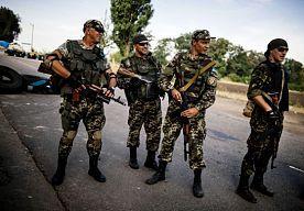 """25-Aug-2014 21:04 - POROSJENKO BEZORGD OVER NIEUW KONVOOI EN RUSSISCHE TANKCOLONNE. De Oekraïense president Porosjenko heeft """"grote bezorgdheid"""" geuit over de verplaatsing van Russisch militair materiaal naar Oekraïne en het voornemen van Rusland om een tweede humanitair konvooi te sturen. Een Russische tankcolonne zou eerder vandaag het land zijn binnengereden."""