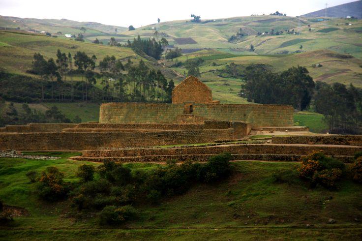 Ingapirca, Equador. As ruínas remanescentes de uma grande fortaleza e centro cerimonial das culturas inca e cañari, nos Andes, a 3.230 m de altura, constituem o mais importante sitio arqueológico do Equador. Ruínas chamam a atenção pelas formas orgânicas da arquitetura harmoniosamente integradas à topografia da paisagem.  Fotografia: Heitor e Silvia Reali.  https://viagem.catracalivre.com.br/geral/mundo-viagem/indicacao/sete-ruinas-que-intrigam-os-visitantes/