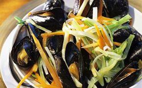 Découvrez les recettes Cooking Chef et partagez vos astuces et idées avec le Club pour profiter de vos avantages. http://www.cooking-chef.fr/espace-recettes/poissons-coquillages-et-crustaces/moules-epicees-a-lemince-de-legumes