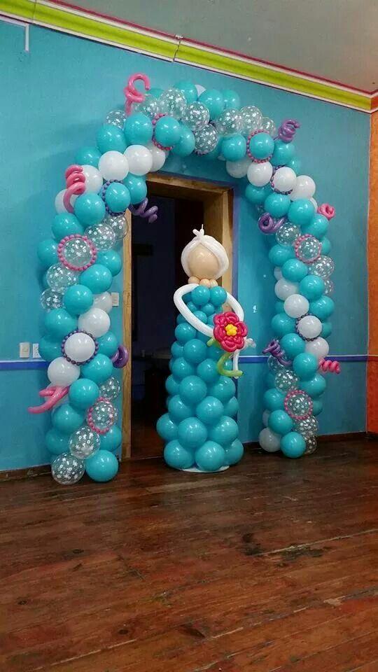 Arco y escultura de Elsa hechos con globos para fiesta frozen. #FiestaFrozen