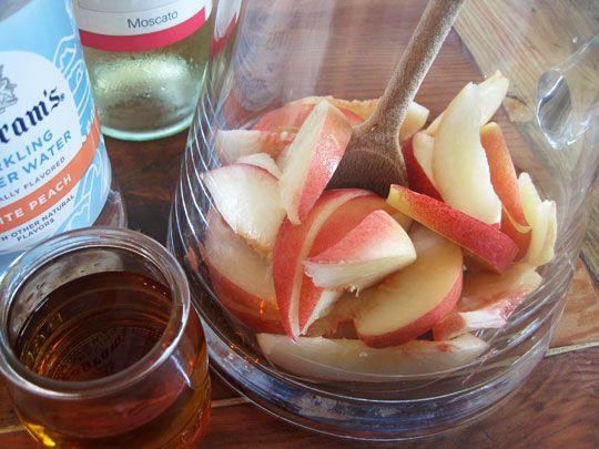 Peach Sangria, sounds AMAZING!!!: Happy Hour, 10 Minute Happy, 2012 07 20 Peachmuddling Jpg, Pitcher Drinks, Drinks Recipes, Sparkle Peaches, White Peaches Sangria, White Peach Sangria, Drink Recipes
