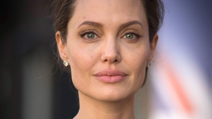 Angelina Jolie Was Diagnosed With Bell's Palsy—Here's What You Need to Know About It   Bell's palsy occurs when a nerve in the face becomes swollen or inflamed, triggering symptoms like muscle weakness, drooling, a drooping eyelid or cor