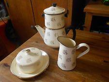 Bel ensemble émaillé cafetière, pot à lait, sucrier JAPY 1ER JANVIER 1954