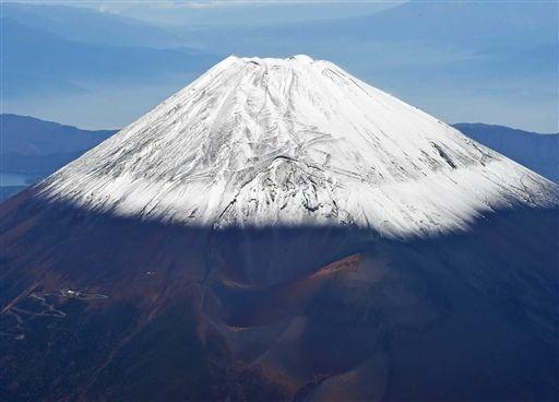 富士山雪化粧 冷え込み強まる