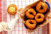 La zeppola è una frittella tipica del giorno di San Giuseppe. Fritta o al forno è una delizia napoletana facile da fare anche in casa.