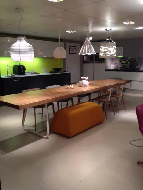 Showroom Combo Design - Augustus 2014.De Minium tafel van Spectrum Design met BimBom eetbankje van Design on Stock, Dowel Chairs van Universo Positivo en Catifa's van Arper. Speelse lampjes erboven.