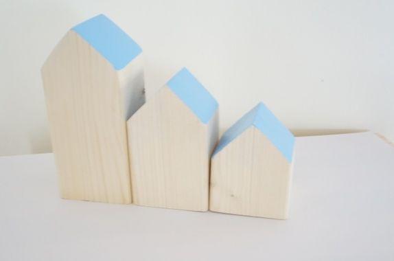 Hus - småhus med blått taktre, treleke, leke, leker, hus, interiør, pynt, moderne, barn, lek, snekkerdattera, dåp, bursdag, gave