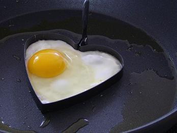 Romantischer kan het niet toch? Het vormpje koop je bijvoorbeeld bij Blokker of Hema. En hoe je het perfecte spiegel-ei'tje bereidt, zie je in onze instructievideo! http://weethetsnel.nl/instructie/1021-Hoe-kun-je-een-spiegelei-bereiden