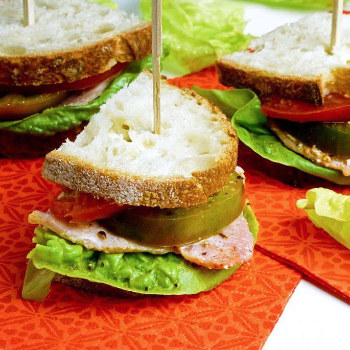 BLT-sandwich met groene en rode tomaten en zelfgemaakte mayonaise. Ideaal voor een zomerpicknick of een high tea (in het park!).