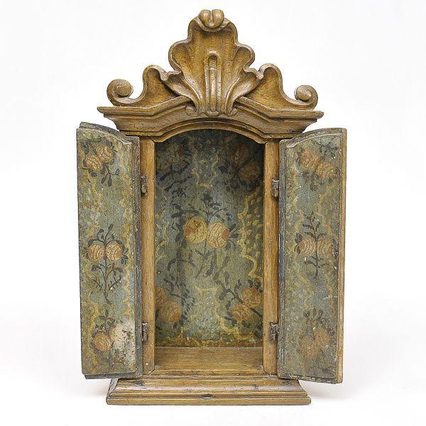 Oratório em madeira, Minas século XVIII. Rica pintura n..