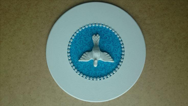 Moldura em MDF, imagem em resina, revestido em tecido azul turquesa.