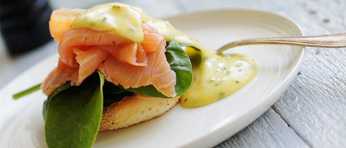 """Recept på """"Lax Benedict"""" – Kallrökt lax på rostat bröd med gräslökshollandaise. Denna goda frukost är ett måste under påsken. Smaklig måltid!"""