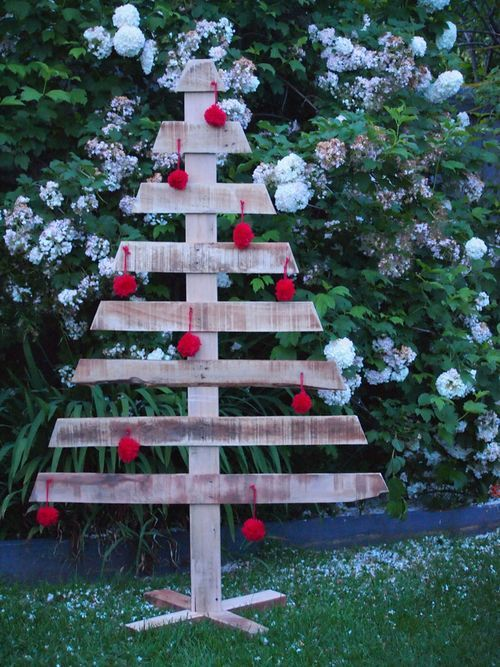 Making a Pallet Christmas Tree / http://melissagoodsell.typepad.com/day_to_day/2012/11/making-a-pallet-christmas-tree.html