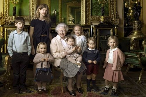 Tra vita privata e impegni di corte la Regina Elisabetta è sempre al top con i suoi cappelli colorati e i vestiti di alta moda inglese. In occasione del suo compleanno è stata scattata una fotografia che ritrae quattro generazioni della Famiglia Reale e, per quanto eccezionale, è diventata un francobollo, anzi un set di francobolli, perché vi si sono aggiunti altri tre scatti. In occasione dei suoi 90 anni, sono state pubblicate tre foto u
