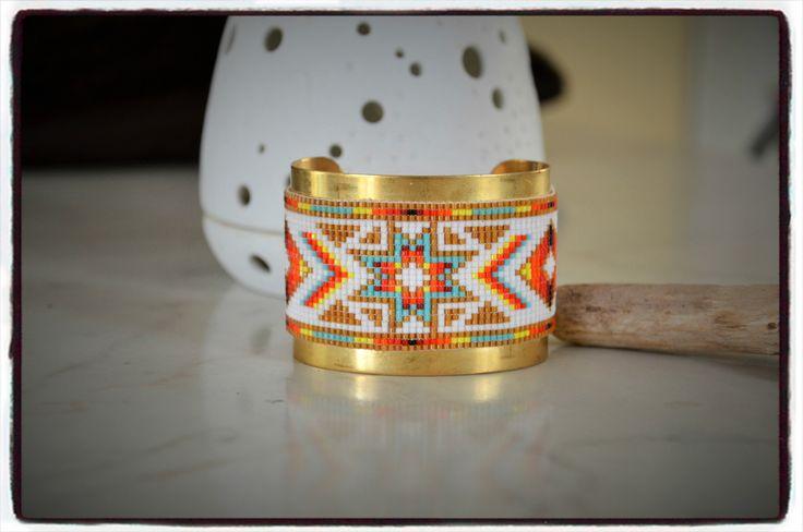 Large bracelet peyote manchette jonc doré avec tissage perles Miyuki motif indien : Bracelet par perles-de-filles