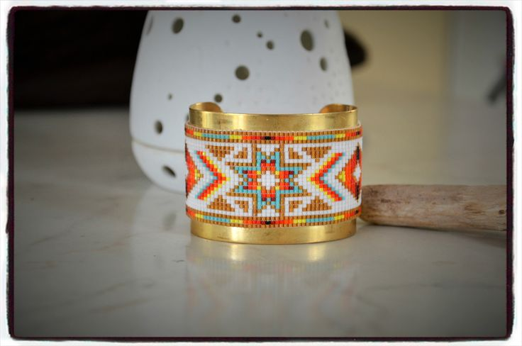 Large bracelet peyote manchette jonc doré avec tissage perles Miyuki motif indien