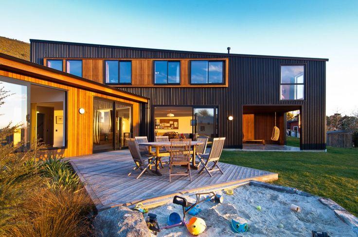 Отделка фасада стеклянного дома коричневого цвета в современном стиле