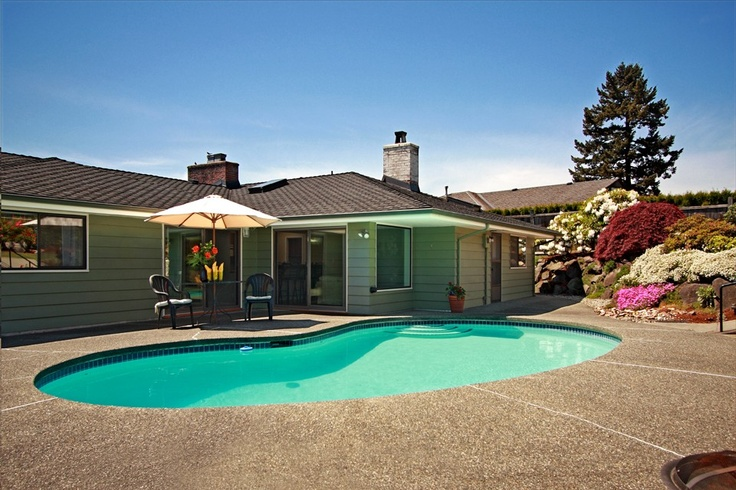If I had to live in Bellevue, I would live in Vuecrest, and I'd want this sweet 1950s style patio & pool.