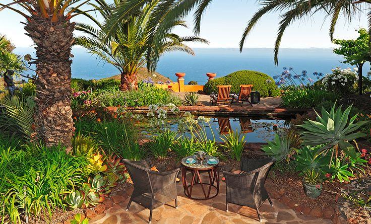 Romantischer Garten mit Seerosenteich