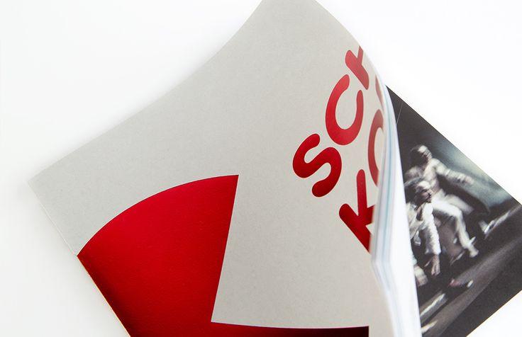 Schouwburg Kortrijk - Brochure 14-15 met foliedruk en open rug | by Skinn Branding Agency