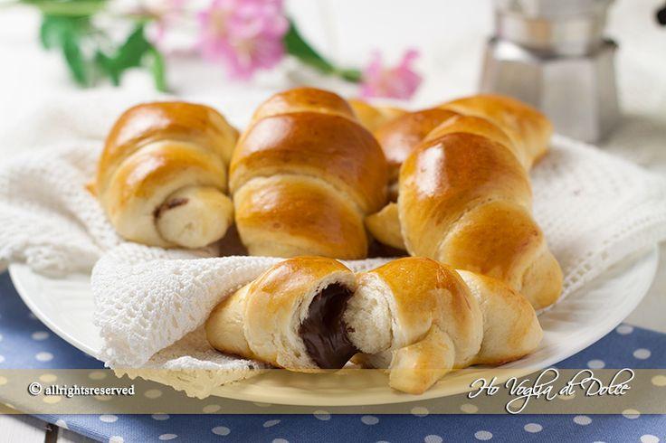 Cornetti al latte senza uova e burro sofficissimi e morbidi, ideali per la colazione e buffet di compleanno. Soffici per più giorni ideali da farcire.