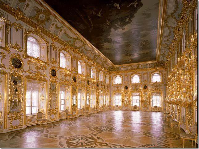 Танцевальный зал Танцевальный (Купеческий) зал площадью около 270 кв.м. занимает всё западное крыло дворца. По декоративному убранству — самый пышный интерьер дворца
