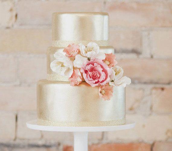 Az aranyszín önmagában is elég látványossá teszi a tortát, így nem baj, ha nincs kicsipkézve, csak virággal díszítve.