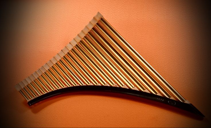 Pedra Bas Panfluit €1500,= Messing goud-en zilverkleurig gegalvaniseerd met hardhouten elementen. 22 pijpen G - G
