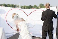 Herz ausschneiden zur Hochzeit