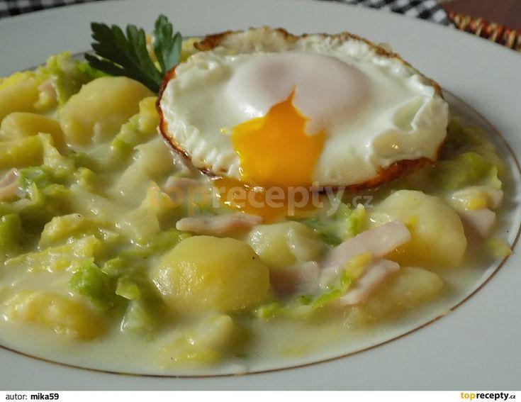 Oloupané brambory nakrájíme na kostky, kapustu na proužky a cibuli na drobno. Kapustu a brambory dáme společně vařit se solí a kmínem. Vody dáme...