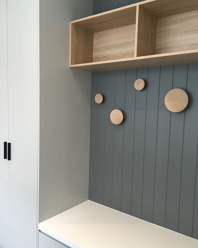 Mud room details ✔️ @muutodesign @easycraft.panels @duluxaus @caesarstoneau…