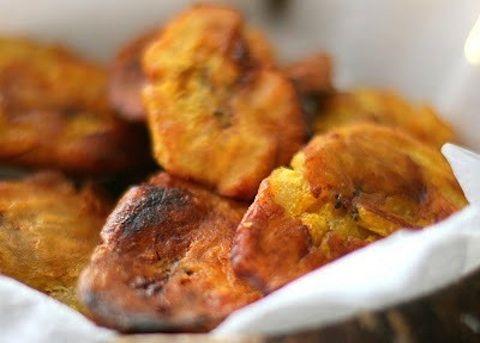 Per preparare i bocconcini alla banane occorre prima di tutto infarinare la placca del forno mentre a parte ammorbidirete il burro e setaccerete insi...