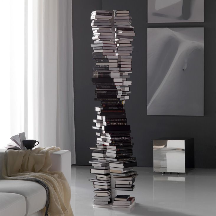 Libreria DNA, design by Reverso per Cattelan Italia, con 13 ripiani fissi in acciaio. Dal design moderno e contemporaneo, la sua particolare forma richiama la struttura a doppia elica del DNA.
