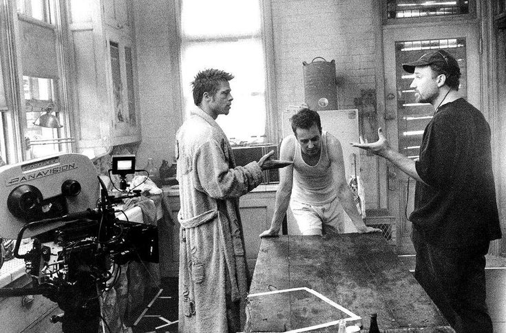 Брэд Питт, Эдвард Нортон и Дэвид Финчер на съемках «Бойцовского клуба» (1999)