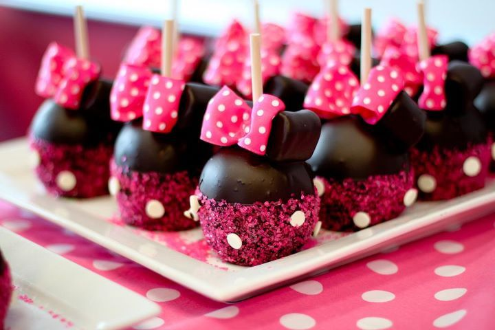 #minniemouse cupcakes cakepops pink bow polkadots glitter girly birthdayparty childrensparty decorations