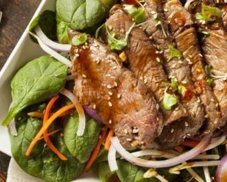 Salade asiatique de bœuf aux légumes : http://www.fourchette-et-bikini.fr/recettes/recettes-minceur/salade-asiatique-de-boeuf-aux-legumes.html