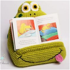 Tablet wedge or book pillow [Free Crochet Pattern]