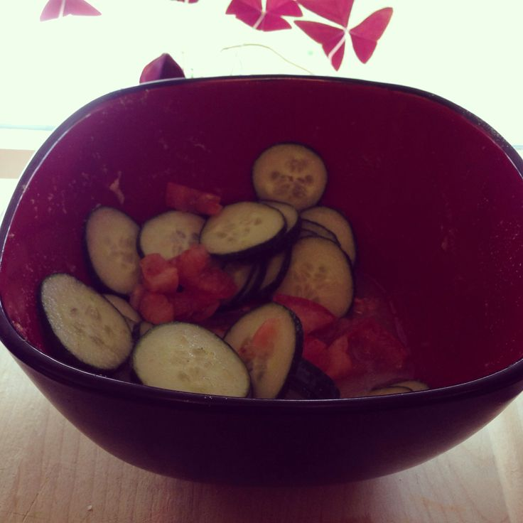 #Detox snack! Sliced cucumbers diced tomato, lil salt, lil garlic and onion powder and white wine vinegar. #vegetarian #vegan #lowgi #health #wellness #tlsweightloss #tls #nutrametrix