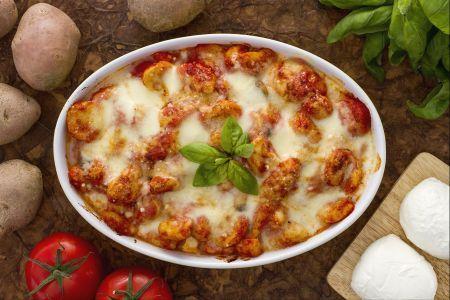 GNOCCHI ALLASORRENTINA Uno dei piatti campani più conosciuti in Italia e all'estero, sono senza dubbio gli gnocchi alla sorrentina; preparati davvero in tutti i ristoranti del mondo, la ricetta di questi gnocchi è anche uno dei primi piatti più diffusi su internet. La semplicità e la velocità di preparazione, si uniranno allo splendido effetto che sortiranno sui vostri invitati, che potranno gustare tutto il sapore del sugo fresco di pomodoro, unito alla freschezza della mozzarella e al…