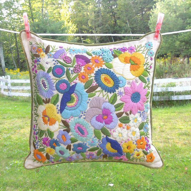 almohadon bordado en flores multicoloresss!!!