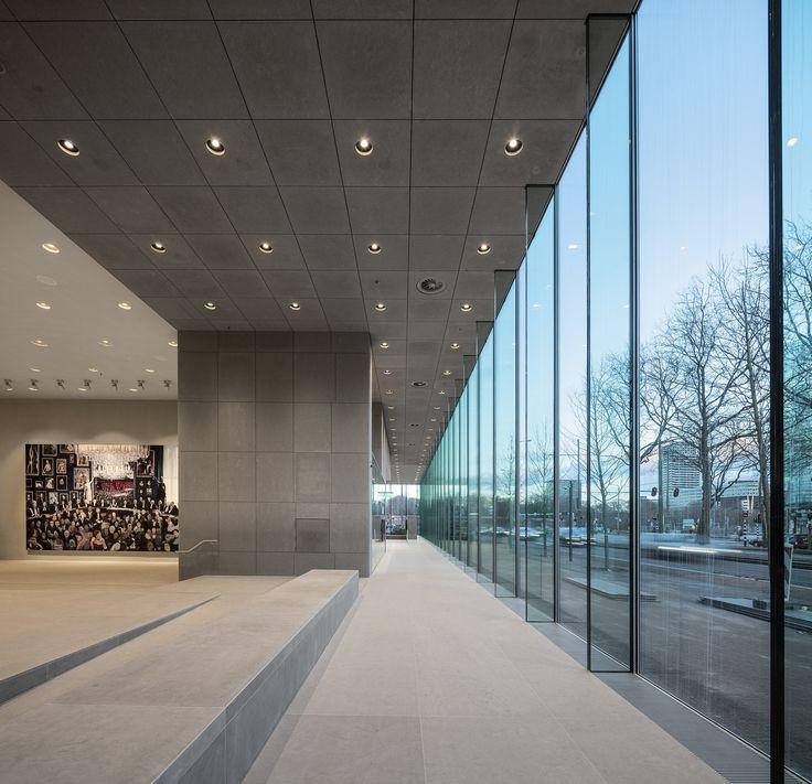 "Grand foyer space overlooking Korte Voorhout. On the left side the oil on canvas painting ""Hoge Raad"" by Dutch artist Helen Verhoeven, © Fernando Guerra | FG+SG"