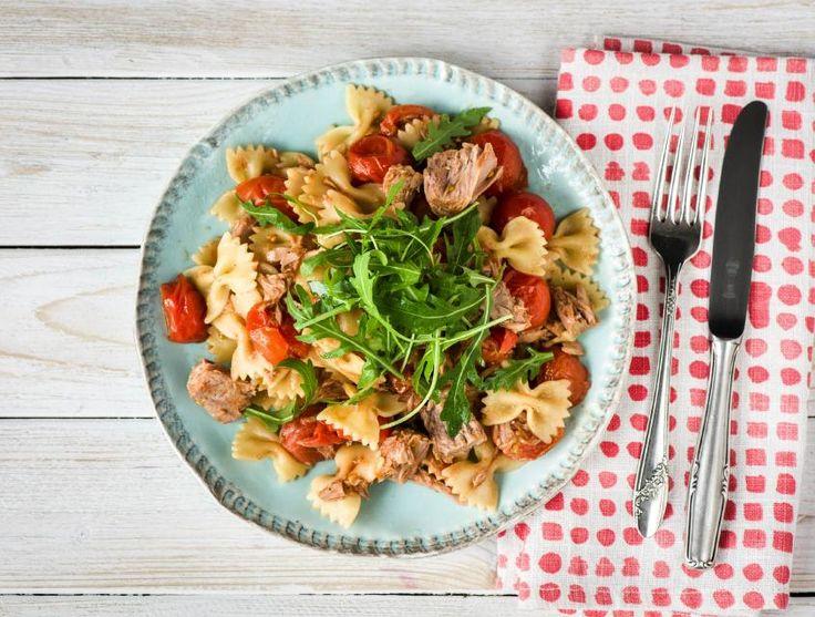 Voor dit pastagerecht met farfalle -wat letterlijk vlinders betekent in het Italiaans- maak je zelf de saus van cherrytomaten, sjalot en tijm. Doordat je de tomaten opbakt, krijgen ze een zoete smaak. Je serveert de saus met witte tonijn. Alles over de tonijn en visser Jack lees je op de extra informatiekaart.