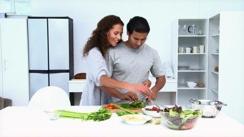 A mulher também tem deveres a cumprir no casamento. Suas responsabilidades matrimoniais incluem: 1. Ser ajudadora 2. Ser submissa 3. Ser administradora do lar 4. Ser amante A ESPOSA DEVE SER AJUDADORA DE SEU MARIDO Destacaremos, como primeiro dever da esposa, a responsabilidade de ser uma ajudadora de seu marido, uma vez que esta é …