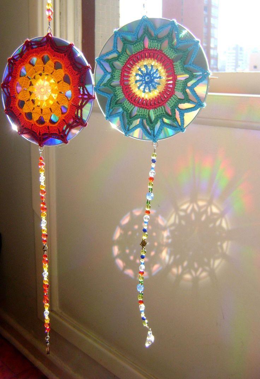 Mandala de crochet em CD reciclado - Efeito do reflexo do sol na parede | by ColoridoEcletico - por Cristina Vasconcellos