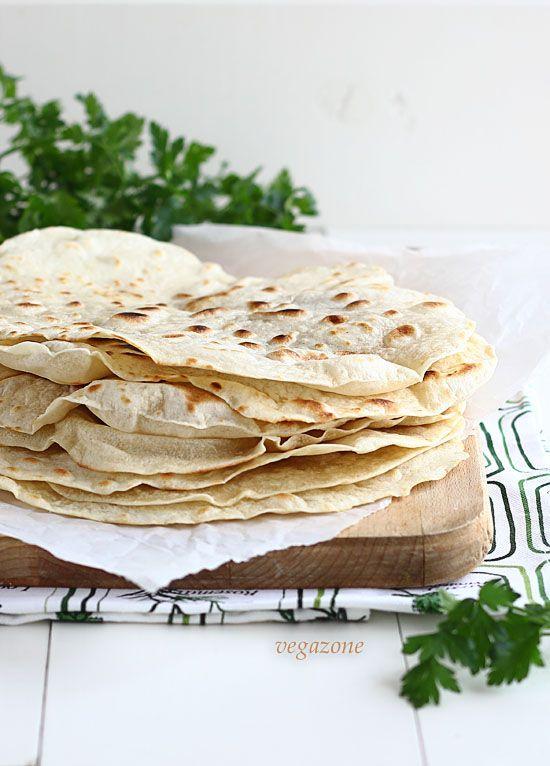 tortille pszenne składniki na 8 dużych sztuk:  2 szklanki mąki pszennej  160ml gorącej wody  2 łyżki oleju  szczypta soli