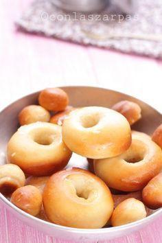 Donuts al horno. 50 gr de leche - 15 gr de levadura fresca - 600 gr de harina de fuerza - 60 gr de aceite de girasol - 40 gr de azúcar - 10 gr de sal - 2 huevos - 1 cucharada de aroma de vainilla Reposar y colocamos los donuts sobre la bandeja de hornear (preferiblemente sobre papel de hornear) y dejamos reposar tapados durante 1 hora. Horneamos a 180º durante 10 minutos. Glasear