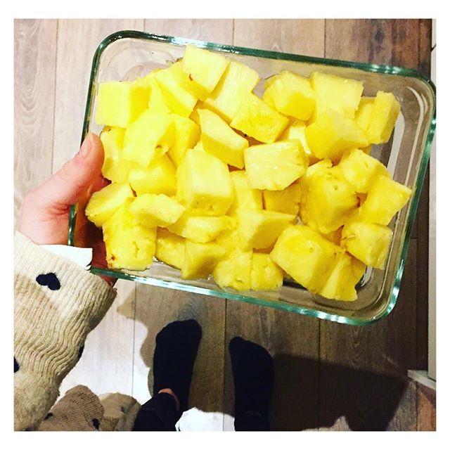 Pre-workout boost of freshly cut pineapple 🍍🍍 #akaFit #itsalifestyle #bodylove --- www.akafit.co.uk